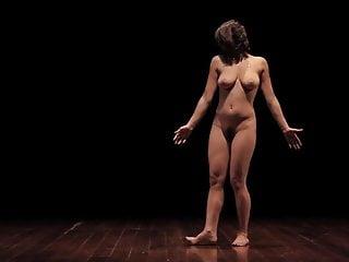 haarige nackte mädchen tanzen
